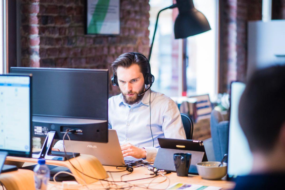 Un informaticien qui aide un client à distance
