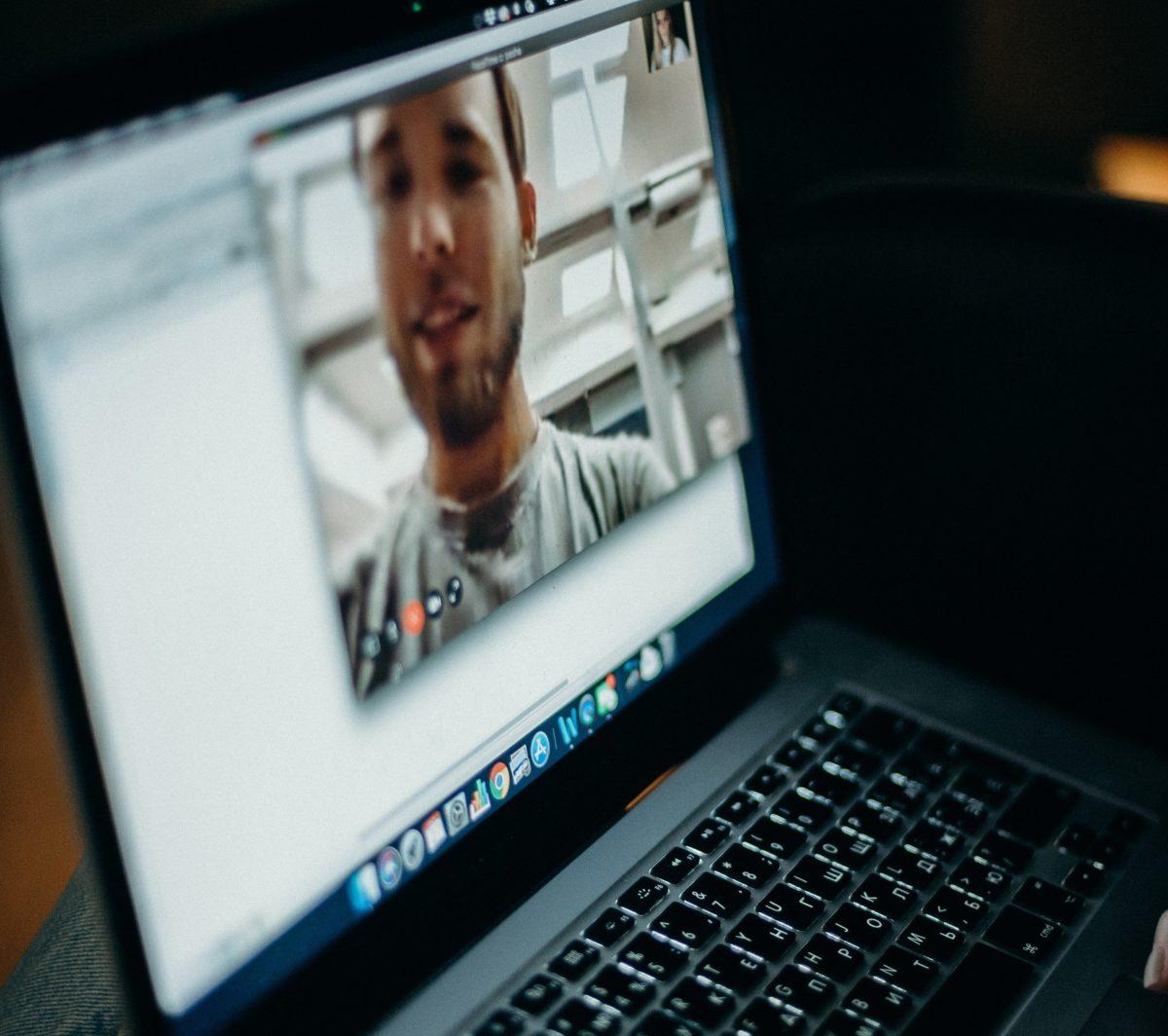 La visio conférence permet également de parler à nos amis par webcam